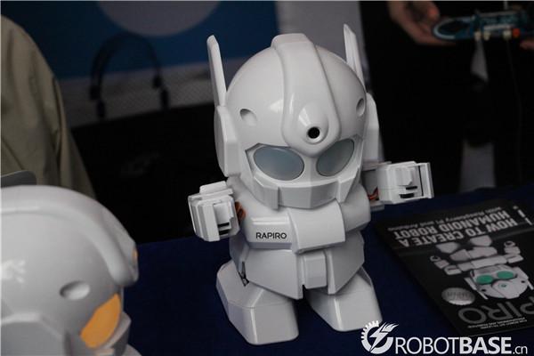 这个小机器人外观看起来非常可爱,像是迷你版的奥特曼哦!